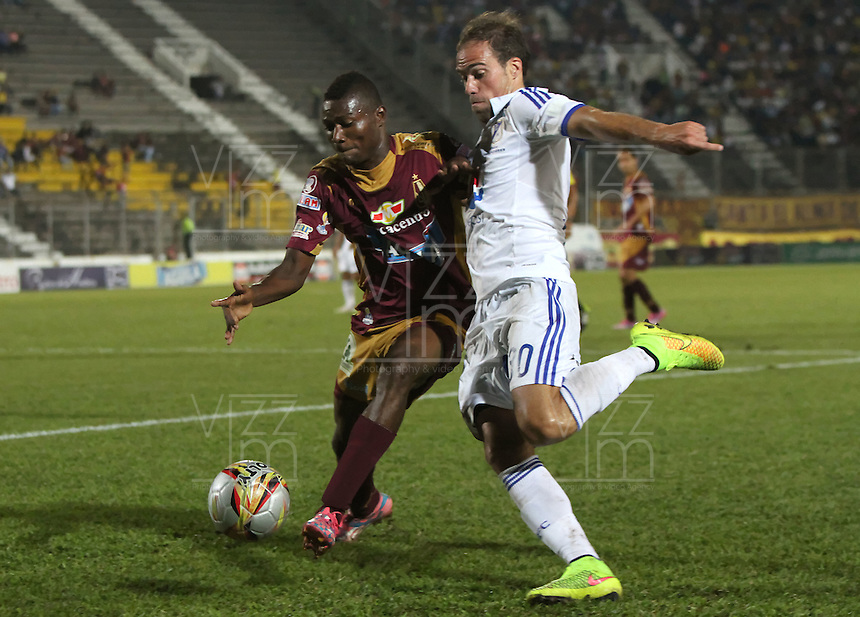 BOGOTA -COLOMBIA, 25-FEBRERO-2015. Federico Insua de Millonarios  disputa el balon contra Henry Obando del Deportes Tolima  durante la sexta fecha de La Liga Aguila jugado en el estadio Manuel  Murillo Toro  of  Ibague. /  Federico Insua of  Millonarios  dispute for the ball against  Henry Obando of Deportes Tolima  during the six round of La Liga Aguila played at the Mnauel Murillo Toro  stadium in Ibague . Photo / VizzorImage / Andrew Indell / Staff