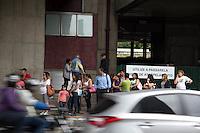 SAO PAULO, SP - 05.11.2014 - PARALISAÇÃO DE ONIBUS - Linhas alternativas e baldiações foram as únicas opções dos paulistanos na manhã desta quarta-feira (5). O sindicato das empresas de ônibus, SPUrbanuss organizam uma paralisação das linhas da capital paulista em reinvidicação da falta de segurança dos seus profissionais.<br /> <br /> <br /> (Foto: Fabricio Bomjardim / Brazil Photo Press)