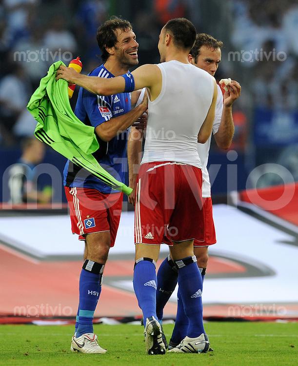 FUSSBALL   1. BUNDESLIGA   SAISON 2010/2011  1. Spieltag Hamburger SV - Schalke 04               21.08.2010 Schlussjubel: Ruud VAN NISTELROOY (li) und Heiko WESTERMANN (re, beide Hamburg)