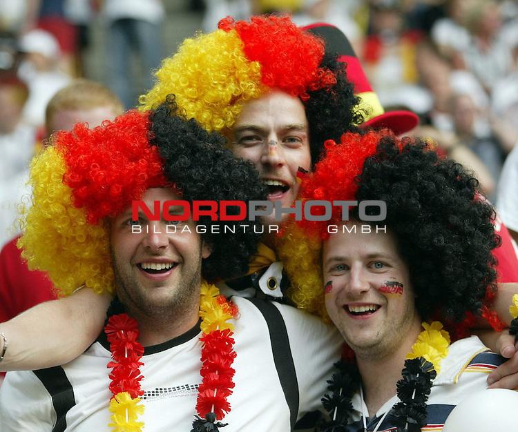 FIFA WM 2006 -  Gruppe A Vorrunde ( Group A )<br /> Play  #17  (14-Jun) - Deutschland - Polen<br /> <br /> Drei siegessichere Deutsche Fans mit Per&uuml;cke in den Farben Schwarz-Rot-Gold.<br /> <br /> Foto &copy; nordphoto