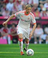FUSSBALL   1. BUNDESLIGA  SAISON 2011/2012   33. Spieltag FC Bayern Muenchen - VfB Stuttgart       28.04.2012 Anatoliy Tymoshchuk  (FC Bayern Muenchen)  am Ball