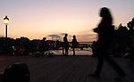 Promenade sur le Pont des Arts à Paris le soir