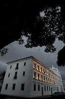 Belém comemora 396 anos de fundação.Complexo Feliz Lusitânea, área onde foram erguidas o Forte do Castelo as igrejas da Sé e Santos Alexandre além da casa das onze janelas.O município de Belém,  capital do estado do Pará, outrora denominada Santa Maria de Belém do Grão Pará, foi fundada em 12 de janeiro de 1616 pelo capitão Francisco Caldeira Castelo Branco. De acordo com estimativa do censo 2010 do IBGE a cidade  tem hoje  cerca de 1.402.056 habitantes,    distribuídos entre seu núcleo urbano e suas 39 ilhas.  A região Metropolitana de Belém  conta com mais de 2,3 milhões de habitantes, e tem hoje a maior população metropolitana da Amazônia sendo uma das cidades mais antigas da região.  Situada entre a baia do Guajará e o rio Guamá Latitude:01° 23'.6 Sul Longitude: 048° 29'.5 Oeste. Belém, Pará, BrasilFoto Paulo Santos11//01/2012