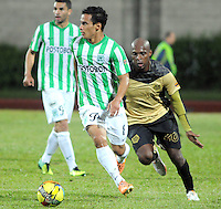 ITAG†ê -COLOMBIA-16-04-2014. Diego Arias (Izq) del Atletico Nacional disputa el balon contra Mahler Moreno del Itagui. Aspecto del encuentro entre Itagu' y Nacional. Partido v‡lido por la fecha 16 de la Liga Postobon I 2014 jugado en el estadio Metropolitano de Itagu'./  Diego Arias (L) of Atletico Nacional fight for the ball against Mahler Moreno of  Itagui. Aspect of the encounter between Itagu' and National.Aspect of the match between Itagui and Nacional valid for the date 12th of the Postobon League I 2014 played at Metropolitano stadium in Itagu' city.  Photo:VizzorImage/Luis R'os/STR.