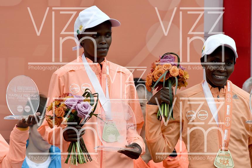 BOGOTÁ -COLOMBIA, 30-07-2017: Brigid Kosgei (Izq) de Kenia, en categoría elite mujeres, se impuso en los 21 Km de la media maratón de Bogota 2017, mmB, con un tiempo de 1h 12m 16s. A la carrera asistieron más de 40.000 atletas. / Brigid Kosgei (L) of Kenya, in elite women category, won in the 21 Km of the Bogota Half Marathon 2017, mmB, with a time of 1h 12m 16s. At this edition were more than 40.000 athletes. Photo: VizzorImage/ Gabriel Aponte / Staff