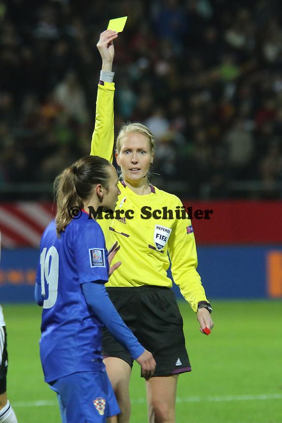 Gelb für Sandra Zigic (D) von Schiedsrichterin Lina Lehtovaara (FIN) - Deutschland vs. Kroatien, WM-Qualifikation, Frankfurter Volksbank Stadion