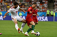 SARANSK - RUSIA, 25-06-2018: Karim ANSARIFARD (Izq) jugador de RI de Irán disputa el balón con Cristiano RONALDO (C) (Der) jugador de Portugal durante partido de la primera fase, Grupo B, por la Copa Mundial de la FIFA Rusia 2018 jugado en el estadio Mordovia Arena en Saransk, Rusia. / Karim ANSARIFARD (L) player of IR Iran fights the ball with Cristiano RONALDO (C) (R) player of Portugal during match of the first phase, Group B, for the FIFA World Cup Russia 2018 played at Mordovia Arena stadium in Saransk, Russia. Photo: VizzorImage / Julian Medina / Cont