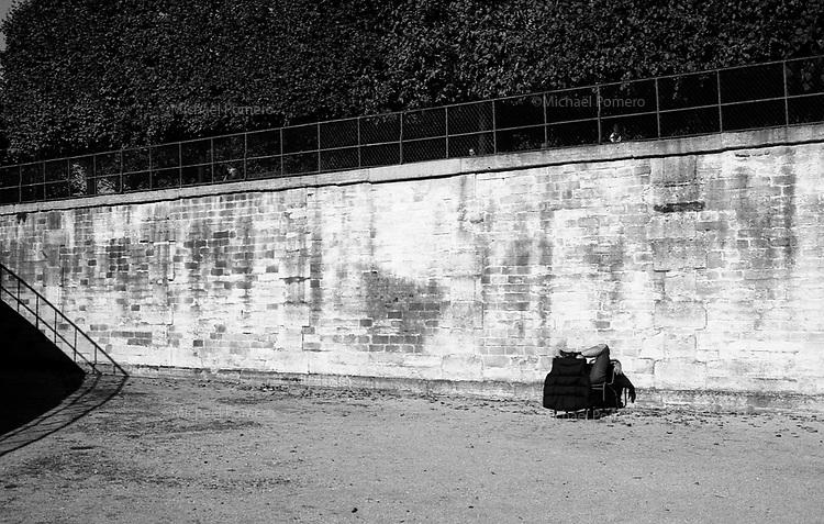 10.2010 Paris (&icirc;le de france)<br /> <br /> Homme prenant le soleil au jardin des Tuileries.<br /> <br /> Man sunbathing in the garden of Tuileries.