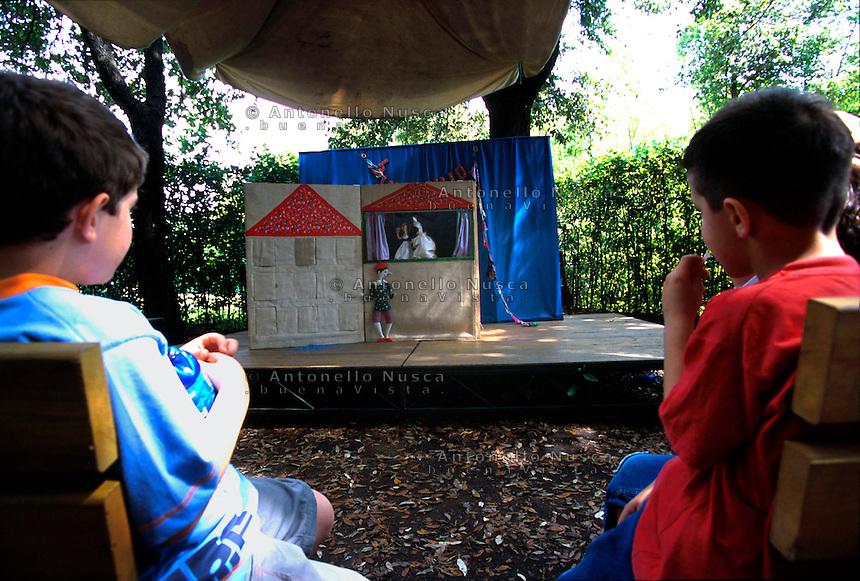 Bambini nel parco giochi di Collodi dedicato a Pinocchio