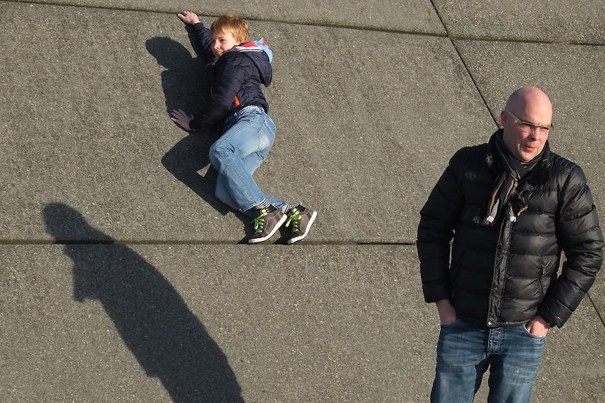 Nederland, Rotterdam, 12 jan 2014<br /> Kop van Zuid. Vader en zoon.  <br /> <br /> Foto: Michiel Wijnbergh