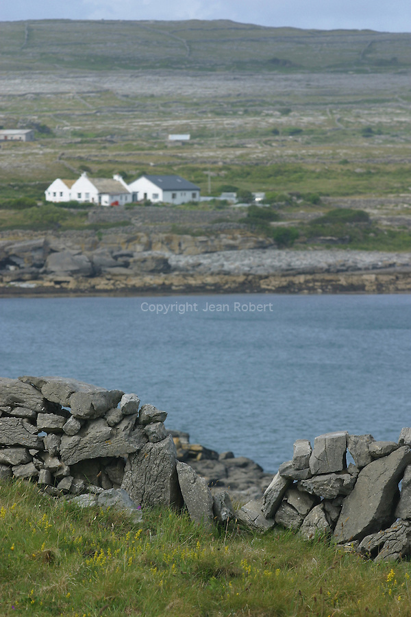 "bed and Breakfast construit pour les besoins du film ""L'homme d'Aran"" dans les années trente. ïle Inishmore. bed and Breakfast built in the thirties for the movie "" The Aran Man "" .  Inishmore Island"