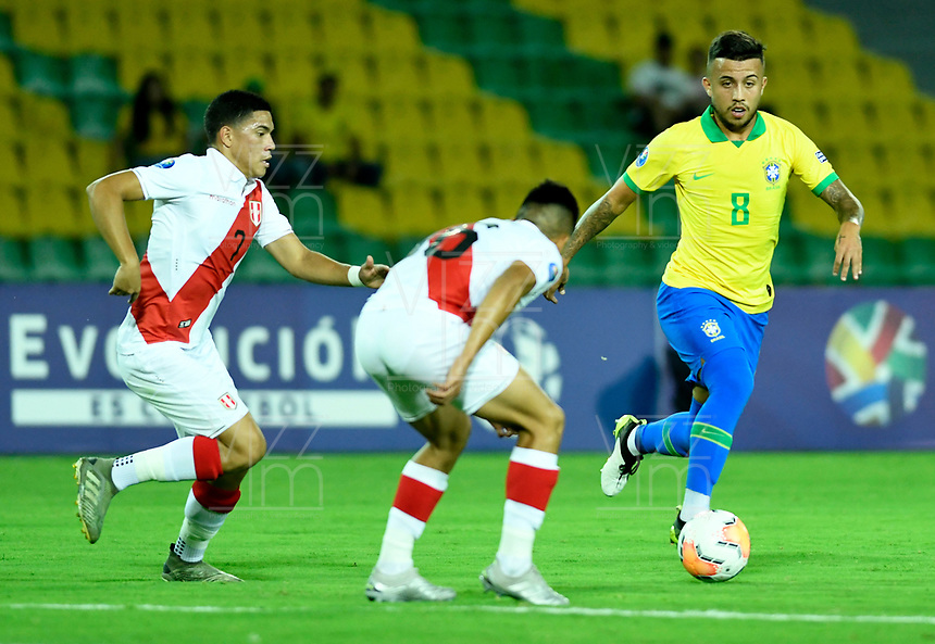 MANIZALES - COLOMBIA, 19-01-2020: Matheus Henrique de Brasil y Yuriel Celi, Fernando Pacheco de Perú disputan el balón partido entre las selecciones de Brasil y Perú por la fecha 1, grupo B, del CONMEBOL Preolímpico Colombia 2020 jugado en el estadio Centenario de la ciudad de Armenia, Colombia. / Matheus Henrique of Brazil and Yuriel Celi, Fernando Pacheco of Peru fights the ball during a match between the teams Brasil and Peru of the date 1, group B, for the CONMEBOL Pre-Olympic Tournament Colombia 2020 played at Cetennial stadium in Armenia city, Colombia. / Photo: VizzorImage / Julián Medina / Cont.