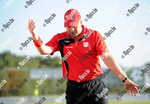 2011-10-16 / Seizoen 2011-2012 / Voetbal / VC Herentals - SKS Herentals / Trainer Luc Beyens van VC Herentals kan er even niet meer aan uit..Foto: mpics