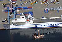 Lisa und Trica: EUROPA, DEUTSCHLAND, SCHLESWIG- HOLSTEIN, LUEBECK, (GERMANY), 23.08.2017: Die Lisa von Lübeck eine Rekonstruktion eines Kraweels aus dem 15. Jahrhundert faehrt auf der Trave an der Trica vorbei. Die Trica ist ein Roll on Roll of Cargo Schiff moderner Bauart. Beide Schiffe sind Handelsschiffe die in einem Zeitabstand von 500 Jahren gebaut und genutzt worden. Die trica liegt am Seelandkai einer Umschlaganlage der LHG.Eigens für die Abfertigung von ConRo-Fähren konzipiert, stehen an diesem Terminal 2 Containerbrücken zur Verfügung, die parallel zum RoRo-Umschlag eingesetzt werden können. Eine effektive Flächennutzung ermöglicht die Lagerung und transportbedingte Zwischenabstellung der Transporteinheiten.
