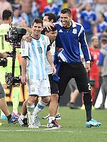 FUSSBALL WM 2014                ACHTELFINALE Argentinien - Schweiz                  01.07.2014 Lionel Messi (lI) und Torwart Mariano Andujar (re, beide Argentinien) freuen sich nach dem Abpfiff
