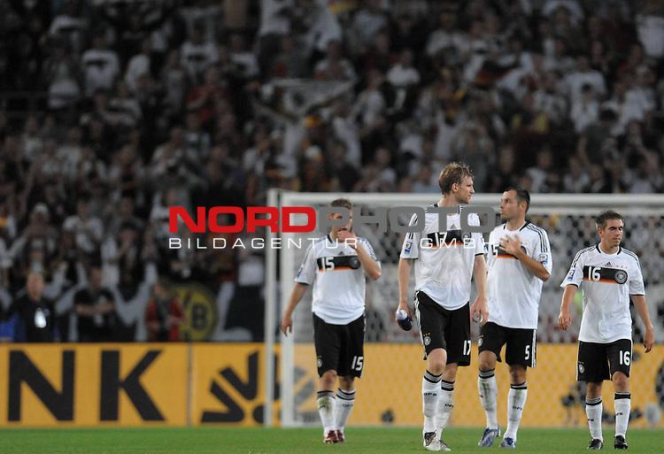Fussball, L&auml;nderspiel, WM 2010 Qualifikation Gruppe 4 in D&uuml;sseldorf<br />  Deutschland (GER) vs. Aserbaidschan ( AZE )<br /> <br /> <br /> Schlussjubel - Thomas Hitzlsperger ( Ger /  VFB Stuttgart #15) Per Mertesacker ( Ger / Werder Bremen #17) Heiko Westermann ( Ger / Schalke 04 #5) Philipp Lahm  (  Ger / Bayern #16)<br /> <br /> Foto &copy; nph (  nordphoto  )<br />  *** Local Caption *** <br /> <br /> Fotos sind ohne vorherigen schriftliche Zustimmung ausschliesslich f&uuml;r redaktionelle Publikationszwecke zu verwenden.<br /> Auf Anfrage in hoeherer Qualitaet/Aufloesung