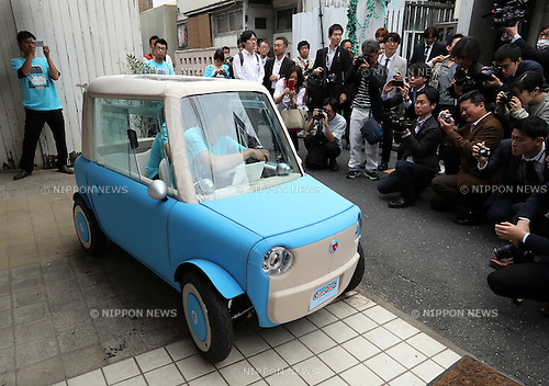 "May 20, 2016, Tokyo, Japan - Japanese automobile venture rimOnO displays the prototype model of the electric powered personal mobility ""rimOnO"" in Tokyo on Friday, May 20, 2016. The rimOnO, 2m in length and 1m wideth, is equipped with in-wheel motors to drive two seater light weight body which is made by soft materials.  (Photo by Yoshio Tsunoda/AFLO) LWX -ytd-"