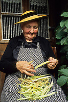 Europe/France/Limousin/23/Creuse: Grand mère, paysanne creusoise écossant les haricots  Auto N: C35<br /> PHOTO D'ARCHIVES // ARCHIVAL IMAGES<br /> FRANCE 1980