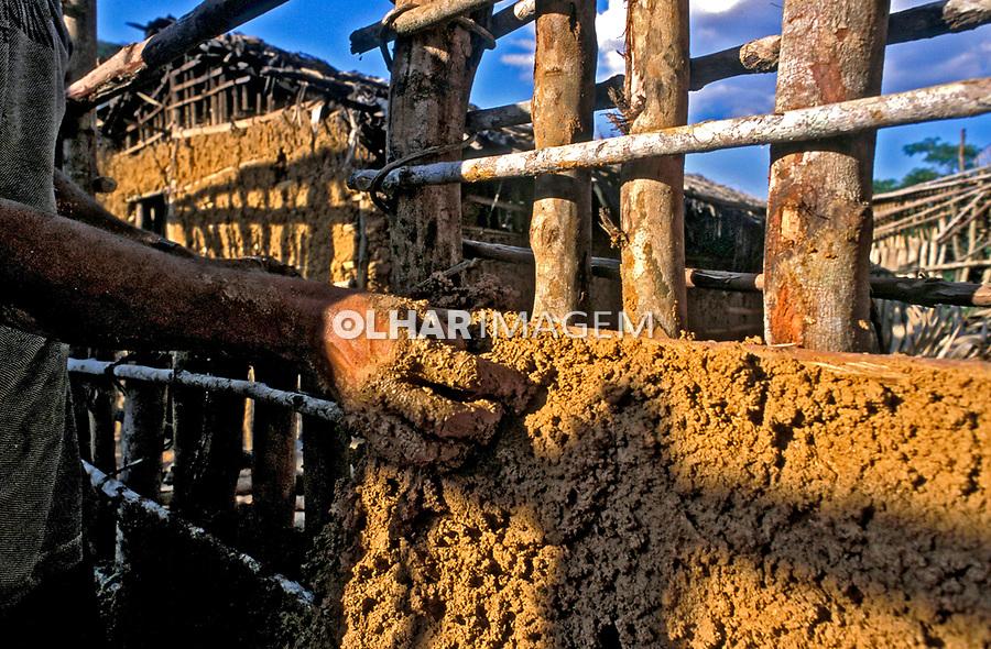 Trabalho de construção de casa. Vale do Jequitinhonha. Minas Geras. 1999. Foto de Ricardo Azoury.