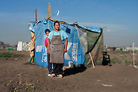 Luisa y Dario posan frente a su casa,  en el asentamiento ubicado en la periferia de la ciudad de Tucumán. Donde, mil quinientas familias con dificultad para acceder a una vivienda propia tomaron posición de un campo que pertenece al ingenio Concepción.As one more face of  the housing problems in Argentina, about 1,500 families invaded a large piece of land belonging to a sugar cane plantation and factory, Concepcion, in the Northern province of Tucuman. After a decade of strong economic growing, Argentina is still showing high levels of poverty and underdevolpment.