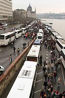 UNGARN, 15.03.2018, Budapest V. Bezirk. MP Viktor Orb&aacute;n laesst seine Anhaenger am 1848-er Nationalfeiertag mit Hilfe eines &quot;Friedensmarsches&quot; aktivierten. Die Teilnehmer werden aus dem ganzen Land mit Gratisbussen herangekarrt, die gleich hinter dem Parlament parken. | On the 1848 national holiday PM Viktor Orban is having his supporters activated by means of a so called &quot;peace march&quot;. Participants are bussed in from all over the country. The coaches park right behind the parliament.<br /> &copy; Szilard V&ouml;r&ouml;s/estost.net