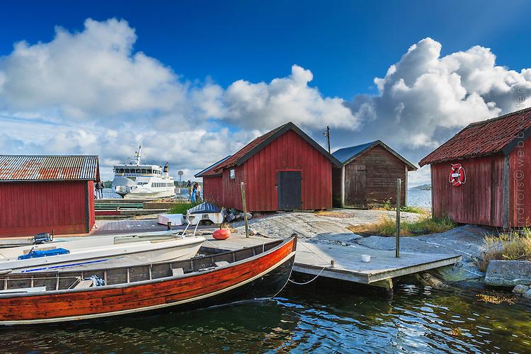 Sjöbodar träbåt Waxholmsbåt och brygga vid Löka på Möja i Stockholms skärgård