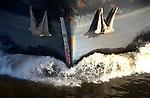 Scheepsboeg snelt op de rivier door het water, met twee ankers aan weerzijden snijdt het schip door de golven. COPYRIGHT TON BORSBOOM