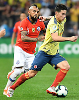 SAO PAULO – BRASIL, 28-06-2019: James Rodriguez de Colombia disputa el balón con Arturo Vidal de Chile durante partido por cuartos de final de la Copa América Brasil 2019 entre Colombia y Chile jugado en el Arena Corinthians de Sao Paulo, Brasil. / James Rodriguez of Colombia vies for the ball with Arturo Vidal of Chile during the Copa America Brazil 2019 quarter-finals match between Colombia and Chile played at Arena Corinthians in Sao Paulo, Brazil. Photos: VizzorImage / Julian Medina / Cont /