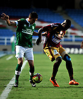 CALI - COLOMBIA -10-04-2014: Rafael Borre (Izq.) jugador de Deportivo Cali disputa el balón con Breiner Bonilla (Der.) jugador de Deportes Tolima durante  partido Deportivo Cali y Deportes Tolima por la fecha 16 de la Liga Postobon I 2014 en el estadio Pascual Guerrero de la ciudad de Cali. /  Rafael Borre (L) player of Deportivo Cali fights for the ball with Breiner Bonilla (R) player of Deportes Tolima during a match between Deportivo Cali and Deportes Tolima for the date 16th of the Liga Postobon I 2014 at the Pascual Guerrero stadium in Cali city. Photo: VizzorImage / Luis Ramirez / Staff.