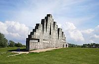 Nederland Spaarwoude  2019. In recreatiegebied Spaarnwoude (tussen IJmuiden, Haarlem en Amsterdam) bevindt zich een kunstobject dat ontworpen is door de Leidse beeldhouwer Frans de Wit in nauwe samenwerking met klimmer Ad van der Horst. Het object is een klimmuur en heeft als doel kunst en recreatie te integreren. De klimmuur bestaat uit 178 betonblokken van 1,2m bij 1,2m. Deze blokken zijn afgietsels van rotsen.  Foto Berlinda van Dam / Hollandse Hoogte