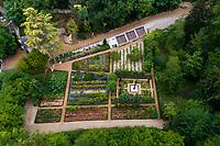 France, Indre-et-Loire (37), Amboise, château Gaillard, le potager, verger, roseraie, parquet Dom Pacello et serres adossées (vue aérienne)