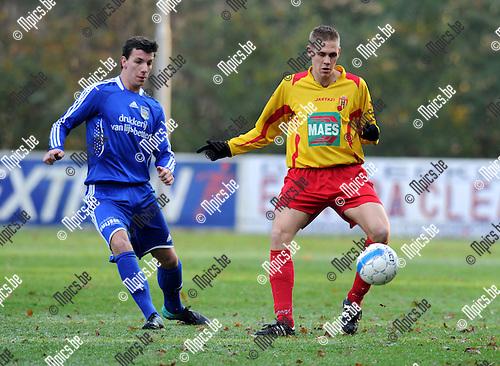 2010-11-28 / Voetbal / seizoen 2010-2011 / Bornem - Sint Niklaas / Dekeersmaecker (L) met Robin Praet (Bornem)..Foto: Mpics