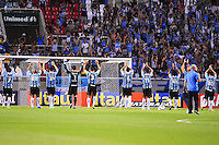ATENCAO EDITOR: FOTO EMBARGADA PARA VEÍCULOS INTERNACIONAIS. - RIO DE JANEIRO, RJ, 16 DE SETEMBRO DE 2012 - CAMPEONATO BRASILEIRO - FLAMENGO X GREMIO - Jogadores do Gremio cumprimentam sua torcida, antes da partida contra o Flamengo, pela 25a rodada do Campeonato Brasileiro, no Stadium Rio (Engenhao), na cidade do Rio de Janeiro, neste domingo, 16. FOTO BRUNO TURANO BRAZIL PHOTO PRESS