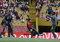 BOGOTÁ -COLOMBIA, 29-11-2014. Francisco Meza y Jefferson Cuero jugadores de Santa Fe calientan previo al encuentro entre Independiente Santa Fe y Atlético Huila por la fecha 4 de los cuadrangulares finales de la Liga Postobón II 2014 jugado en el estadio Nemesio Camacho El Campín de la ciudad de Bogotá./ Francisco Meza and Jefferson Cuero players of Huila warm up prior the match between Independiente Santa Fe and Atletico Huila for the 4th date of the final quadrangular of the Postobon League II 2014 played at Nemesio Camacho El Campin stadium in Bogotá city. Photo: VizzorImage/ Gabriel Aponte / Staff