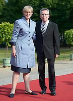 Berlin, Verteidigungsminister Thomas de Maiziere und seine Ehefrau am Mittwoch (19.06.13) in Berlin vor Schloss Charlottenburg auf dem Roten Teppich des Empfangs für den US-amerikanischen Praesident Barack Obama in Berlin. Foto: Michael Gottschalk/CommonLens