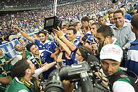 BELO HORIZONTE, MG, 01.12.2013 &ndash; CAMPEONATO BRASILEIRO 2013 &ndash; CRUZEIRO X BAHIA Jogadores do Cruzeiro comemorando o titulo de campe&atilde;o Brasileiro 2013  partida durante jogo valido<br /> 37 &ordf; rodada Campeonato Brasileiro 2013, no est&aacute;dio Miner&atilde;o, na tarde deste Domingo (01) (Foto: Marcos Fialho / Brazil Photo Press)