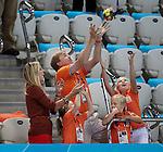 Engeland, London, 28 juli 2012.Olympische Spelen London.Kroonprins Willem-Alexander vangt de bloemen van de dames estafette 4x 100m  prinses Maxima (M) moedigen met hun drie dochters Amalia , Alexia  en Ariane