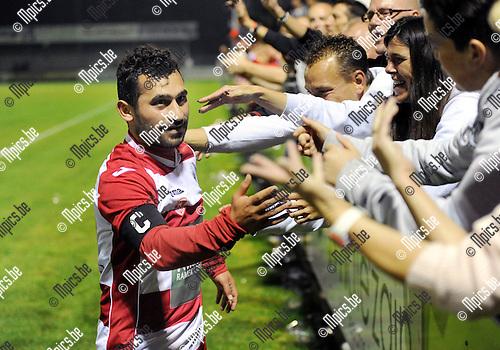 2014-09-06 / Voetbal / seizoen 2014-2015 / Dessel Sport - R. Antwerp FC / Emrullah G&uuml;venc groet de fans<br /><br />Foto: Mpics.be