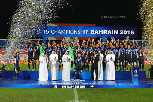 Japan team group (JPN), OCTOBER 30, 2016 - Football / Soccer : Players of Japan celebrate during the award ceremony after winning the AFC U-19 Championship Bahrain 2016 Final match between Japan 0(5-3)0 Saudi Arabia at Bahrain National Stadium in Riffa, Bahrain. (Photo by AFLO)