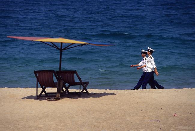 Vietnam, plage de Nha Trang. *** Policemen on Nha Trang beach, Vietnam.