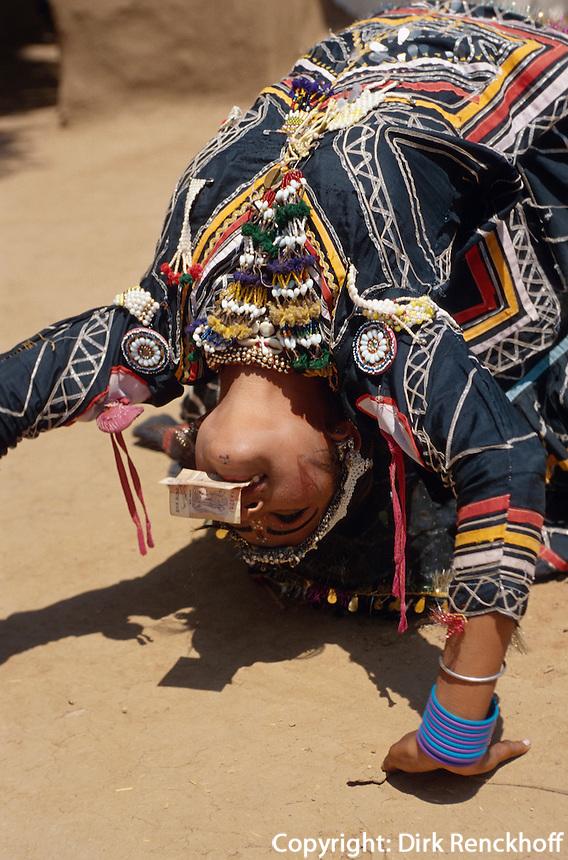 Tänzerin (Transvestit)  in Shilpgram bei Udaipur, Rajasthan, Indien