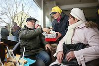 Ursula Bleckwenn-Oldenburg (M.) reicht Anneliese Wichmann (r.) und Rainer Fröhlich (l.) Kekse beim samstäglichen Treffen