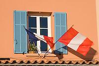 """Europe/Provence-Alpes-Côte d'Azur/83/Var/Saint-Tropez:Détail fenêtre décorée pour  """"La Bravade"""" fête historique de la ville- Quai Frédéric Mistral sur le Port"""