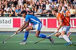 UTRECHT - Terrance Pieters (Kampong) met Mats de Groot (Bldaal)    tijdens de hoofdklasse competitiewedstrijd mannen, Kampong-Bloemendaal (2-2) . ) . COPYRIGHT KOEN SUYK