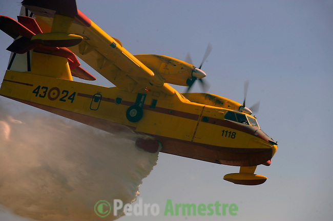 Aircraft spray water on fire area in Boiro, on August 16, 2010, near A Coruna.  Pedro ARMESTRE