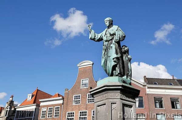 Nederland Haarlem 2015. Laurens Janszoon Coster is de naam die wordt toegedicht aan een vermeende (uitsluitend in Nederland, en met name in zijn geboortestad) uitvinder van de boekdrukkunst. In wetenschappelijke kring bestaat er geen twijfel over dat de Duitser Johannes Gutenberg de uitvinder van de boekdrukkunst geweest is.