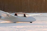 4415/ASK13: EUROPA, DEUTSCHLAND, HAMBURG  28.01.2006 Winterflugbetrieb, ASK 13 beim Aufsetzen, Landung, lachende Maenner warum ? fiegen !! freude.