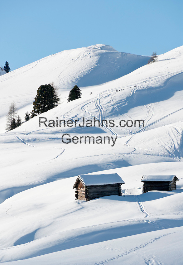 Italy, Alto Adige, South Tyrol, above Selva di Val Gardena: snowed in hay huts | Italien, Suedtirol, Groednertal, oberhalb Wolkenstein: eingeschneite Heuhuetten