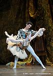 RAYMONDA..Choregraphie : PETIPA Marius,NOUREEV Rudolf.Compagnie : Ballet de l Opera National de Paris.Orchestre : Colone.Decor : GEORGIADIS Nicholas.Lumiere : PEYRAT Serge.Costumes : GEORGIADIS Nicholas.Avec :.GILLOT Marie Agnes:Raymonda.MARTINEZ Jose:Jean de Brienne.Lieu : Opera Garnier.Ville : Paris.Le : 30 11 2008.© Laurent PAILLIER / photosdedanse.com