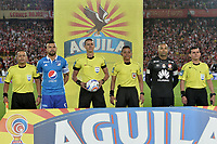 BOGOTÁ - COLOMBIA, 17-12-2017:  (Izq a Der) Cristian de la Cruz, juez de linea, Andres Cadavid (capitan de Millonarios), Wilmar Roldan, árbitro central, Bismark Santiago, arbitro aistente, Robinson Zapata (capitan de Santa Fe) y Alexander Guzman, juez de linea, durante los actos protocolarios previo al encuentro entre Independiente Santa Fe y Millonarios partido por la final vuelta de la Liga Aguila II 2017 jugado en el estadio Nemesio Camacho El Campin de la ciudad de Bogotá. / (L to R) Cristian de la Cruz, linesman, Andres Cadavid (captain of Millonarios), Wilmar Roldan, main referee, Bismark Santiago, assistant referee, Robinson Zapata (captain of Santa Fe) and Alexander Guzman, linesman, during the formal events prior the match between Independiente Santa Fe and Millonarios for the second leg final of the Aguila League II 2017 played at the Nemesio Camacho El Campin Stadium in Bogota city. Photo: VizzorImage/ Gabriel Aponte / Staff